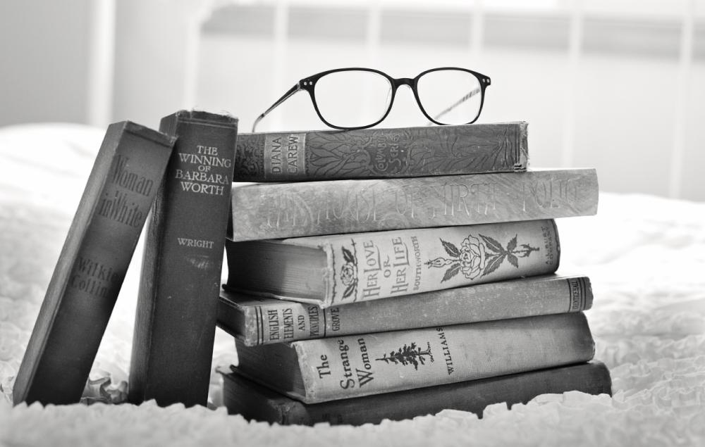 stapel boeken met bril erop
